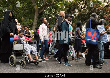 Londres, Reino Unido. El 14 de agosto de 2017. Cientos de personas participan en una marcha silenciosa para exigir justicia para las víctimas de la tragedia que tuvo lugar grenfell en Kensington hace dos meses. North Kensigton, Londres, Reino Unido el 14 de agosto de 2017 Credit: Lewis Inman/Alamy Live News Foto de stock