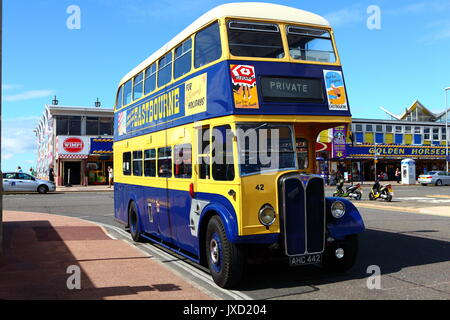 Eastbourne conserva Corporation AEC Regent doble ómnibus AHC 442 visto en una visita a Southsea.
