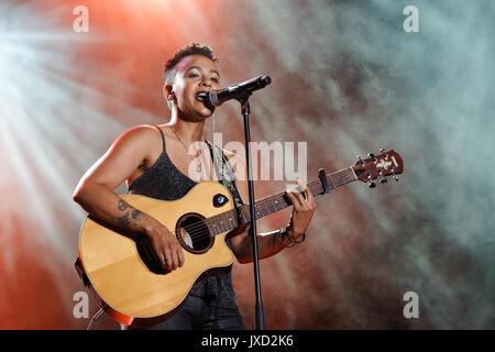 Canadá Montreal, 14/08/2017 . A.c. vocalista Ms Holmes realiza la excelencia en el escenario del show, celebrada durante la Semana del Orgullo de Montreal