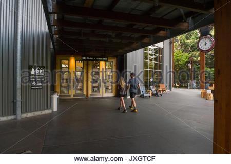 Pareja joven caminando hacia la entrada a REI flagship store en Seattle, en King County, Washington (EE.UU. Foto de stock