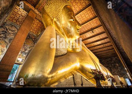 Saiyas Phra Buda, el Buda reclinado, el templo Wat Pho, en Bangkok, Tailandia