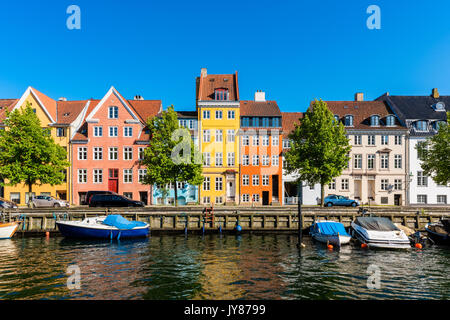 Coloridas casas junto al canal en Copenhague, Dinamarca