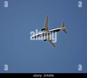 JetBlue avión sobrevolar Union City, California,