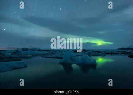 Northern Lights en el cielo a la Laguna glaciar Jokulsarlon, Islandia, Europa oriental