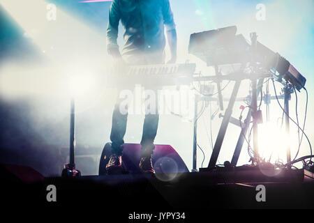 Disco jokey mezclar en el escenario más humo iluminada fotografía de fondo: Cronos/Melinda Nagy