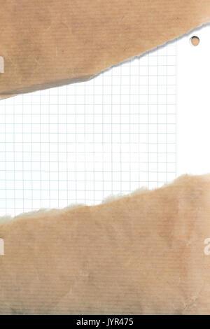 Teared arriba marrón bolsa de papel con ventana sobre fondo de papel blanco