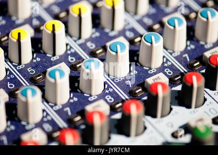 Primer plano de una colorida junta del mezclador de audio.