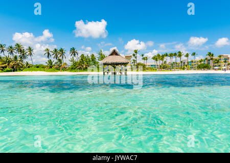 Playa Blanca, Punta Cana, República Dominicana, Mar Caribe. Choza de paja en la playa.