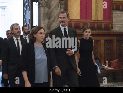 Barcelona, Cataluña, España. 19 Aug, 2017. El rey Felipe VI de España, Reina Letizia de España firma en un libro Foto de stock