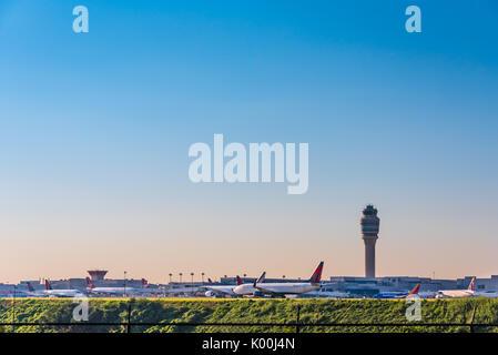 Atlanta, Georgia, el transporte aéreo de pasajeros en el Aeropuerto Internacional Hartsfield-Jackson de Atlanta, el aeropuerto más transitado del mundo. (Ee.Uu.)
