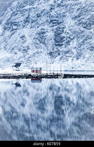 Reflejo perfecto de las montañas y la casa roja, Islas Lofoten, Noruega