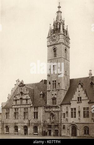Ayuntamiento (originalmente Sukiennice) y campanario, Dendermonde Dendermonde (Bélgica), que datan del siglo XIV. Fecha: circa 1910
