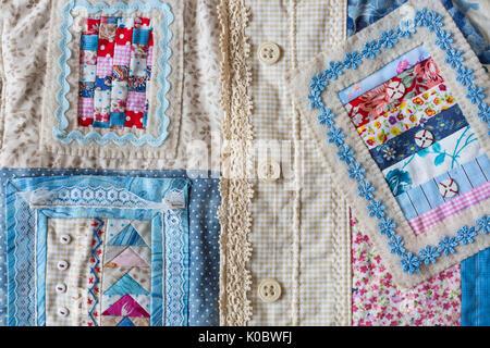 Hechos a mano, moda, accesorios concepto -flatlay de encantadoras mujeres bolsa hecha de pana y de la parte delantera de la costura en la técnica Patchwork con coloridos fragmentos ornamentados. Tiene dos correas, encajes y botón