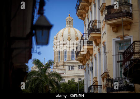 Cuba, Cuba, el capital, El Capitolio o el edificio del Capitolio Nacional de La Habana, típica ciudad antigua carretera estrecha con el clásico camión Chacón cruzando la calle Cuba