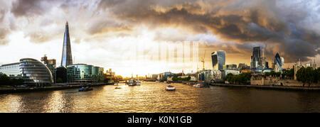 Reino Unido, Londres, dramática la formación de nubes sobre el horizonte de la ciudad al atardecer, con vista de la shard, el río Támesis y el distrito financiero.