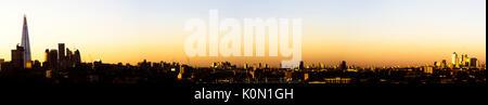 Reino Unido, Londres, ángulo alto panorama sobre el horizonte de la ciudad con vista de la shard, el distrito de negocios y canary wharf