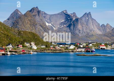 Vista escénica a través de puerto pesquero natural a picos montañosos en verano. Reine, Moskenes, Moskenesøya Isla, Islas Lofoten, Nordland, Noruega