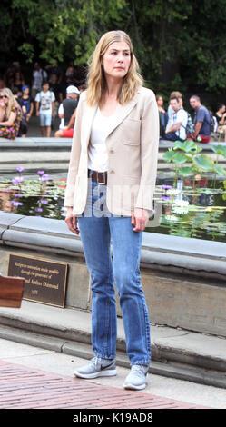 Nueva York, Nueva York, Estados Unidos. 25 Aug, 2017. Rosamund Pike el rodaje de tres segundos en el Central Park de Nueva York el 25 de agosto de 2017. Crédito: MediaPunch Inc/Alamy Live News