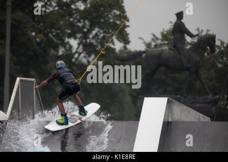 Moscú, Rusia. 25 de agosto de 2017. Un jinete salta durante el openin wakeboard wake Park, cerca de la plaza roja Foto de stock