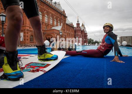 Moscú, Rusia. 25 de agosto de 2017. Wakeboard riders se preparan para ir a la wake Park, cerca de la plaza roja Foto de stock