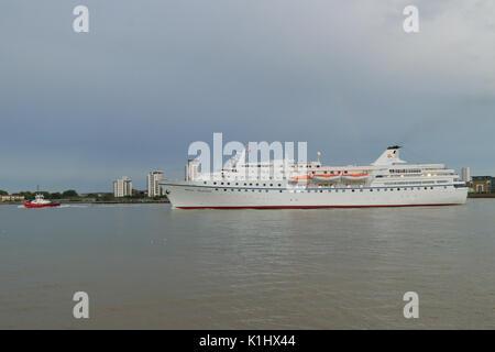 Londres, Reino Unido, 14 de agosto de 2017 Crucero Ocean Majestad deja el río Támesis, en Londres, después de una llamada de puerto Foto de stock