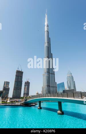 El Burj Khalifa lake y puente, Dubai, Emirato Dubai, Emiratos Árabes Unidos. Foto de stock