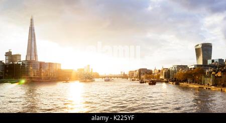 Reino Unido, Londres, el espectacular cielo de la ciudad y del río Támesis, al atardecer, con vista de la Shard y la torre de Walkie Talkie