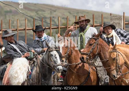El 10 de junio de 2017, Ecuador: Toacazo vaqueros locales posando ante el rodeo comienza