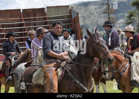 El 10 de junio de 2017, Ecuador: Toacazo vaqueros Andina llamado 'chagra' reunión en el rodeo arena antes de que comience el evento