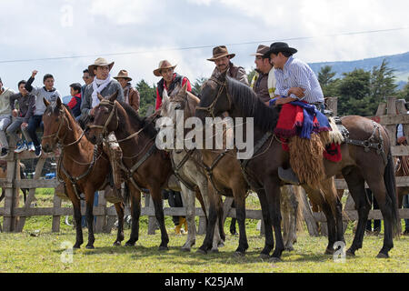 El 10 de junio de 2017, Ecuador: Toacazo vaqueros desde los Andes, llamado 'chagra' conversando antes del rodeo comienza