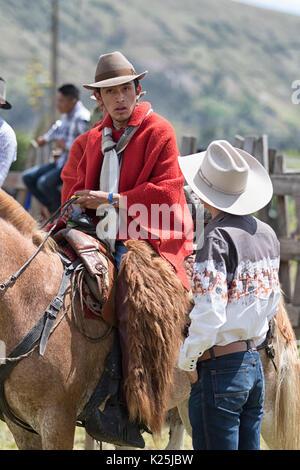 El 10 de junio de 2017, Ecuador Toacazo: cowboys tener una charla antes del inicio del rodeo