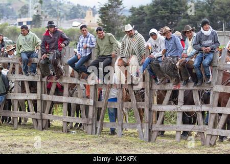 El 10 de junio de 2017, Ecuador: Toacazo gente sentada en la valla de madera viendo un rendimiento rodeo rural en los Andes