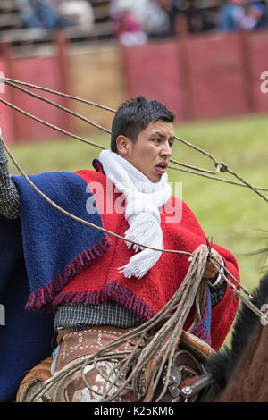 Junio 10, 2017 Toacazo, Ecuador: un vaquero llamado 'chagra' manipulación lasso a caballo en los Andes