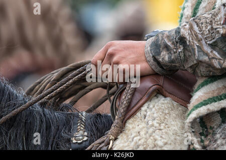 El 10 de junio de 2017, Ecuador Toacazo: acercamiento de la mano de un vaquero sosteniendo lasso