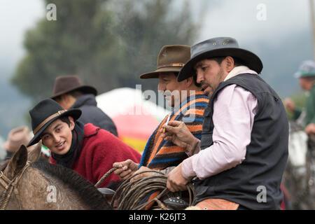 El 10 de junio de 2017, Ecuador: Toacazo vaqueros en sus caballos tras una charla en un rodeo rural en los Andes