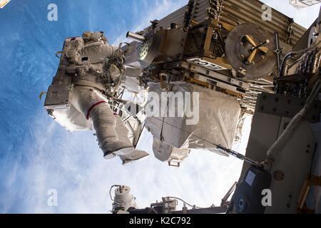 Expedición de la Estación Espacial Internacional de la NASA 51 el primer miembro de la tripulación, el astronauta estadounidense Peggy Whitson obras en el exterior de la ISS durante una caminata espacial, EVA Mayo 12, 2017 en la órbita de la tierra.