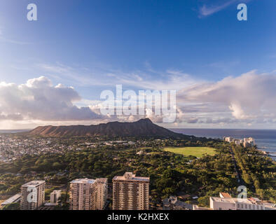 Vista aérea de Diamond Head, el océano y la playa en Waikiki, Honolulu, Hawai