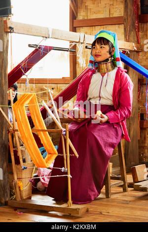 Lago Inle, Myanmar - Enero 04, 2007: la joven mujer Kayan Lahwi (Padaung) personas vestidas con bobinas de latón de cuello largo tejido textil tradicional