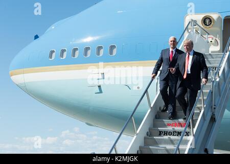 El Presidente de Estados Unidos, Donald Trump y Vice Presidente Mike Pence bajamos las escaleras del Air Force One a la llegada en destino en un mitin el 22 de agosto de 2017 en Phoenix, Arizona. Foto de stock
