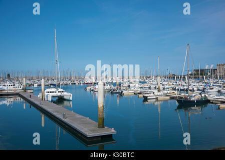 Los barcos de la marina, en Cherbourg, Francia