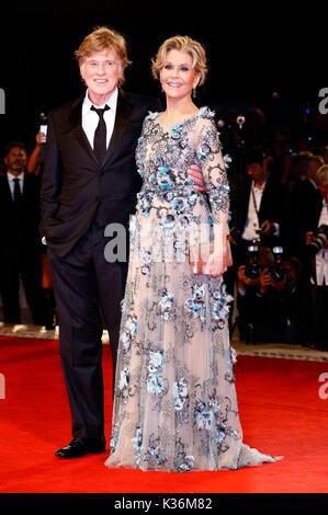 """Robert Redford y Jane Fonda asistir a la """"nuestras almas en la noche de estreno en la 74ª edición del Festival Internacional Foto de stock"""