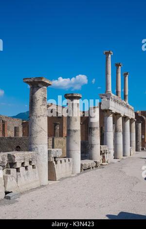 Restos de soportales en las ruinas romanas de la ciudad de Pompeya, Italia