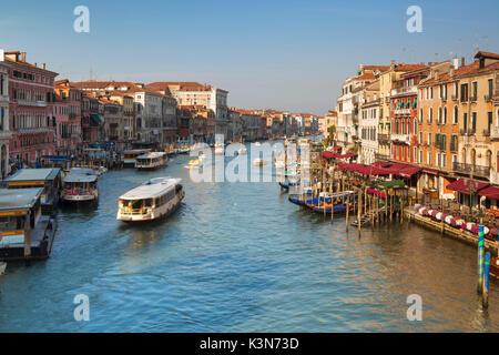 Venecia, Italia. Vista sobre el Gran Canal con góndolas y vaporettos como se ve desde el Puente de Rialto en la luz del sol.