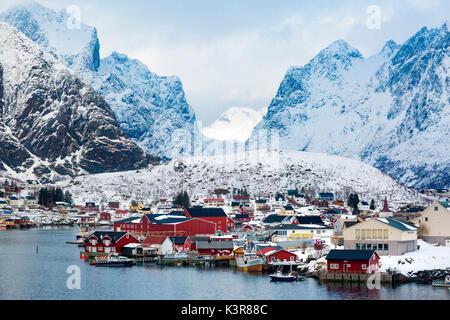 Reine, islas Lofoten, Noruega. invierno ver al amanecer.