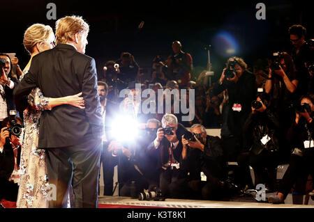 """Venecia, Italia. 01 Sep, 2017. Robert Redford y Jane Fonda asistir a la """"nuestras almas en la noche de estreno en Foto de stock"""
