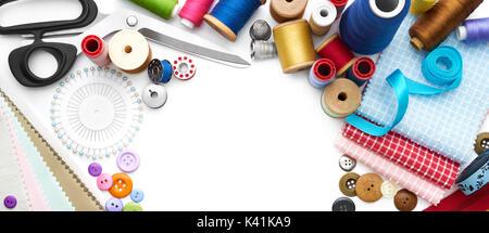 Vista aérea de herramientas y accesorios de costura sobre fondo blanco.