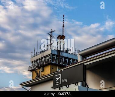 Torre de Control del Tráfico Aéreo esenciales para las operaciones de aeronaves en un concurrido aeropuerto