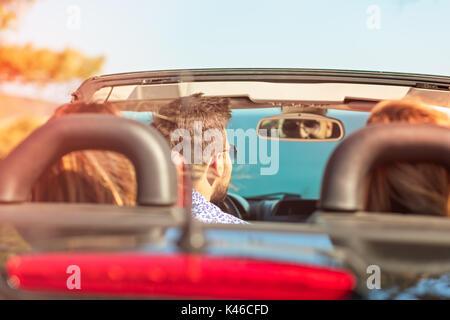 Hermosa fiesta amigo chicas bailando en un coche en la playa feliz