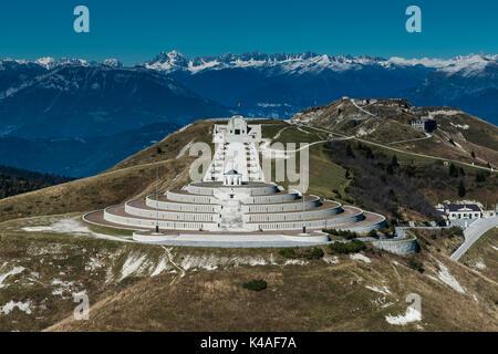 Monumento en el monte Grappa, primera guerra mundial, sacrario del monte Grappa, vista aérea, cimagrappa, semonzo, Bassano, Veneto
