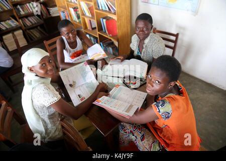 Biblioteca en una escuela donde los niños africanos son patrocinados por la ONG francesa, la chaine de l'espoir, Lomé, Togo, África occidental, África